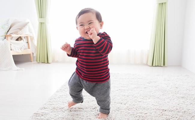 歩き始めた赤ちゃんのイメージ