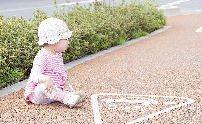 歩道に座る赤ちゃん