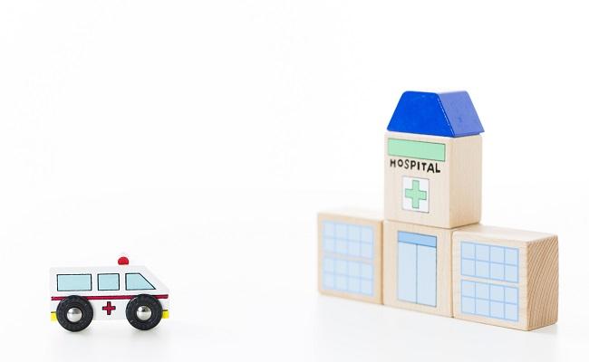救急車で病院へ行くイメージ