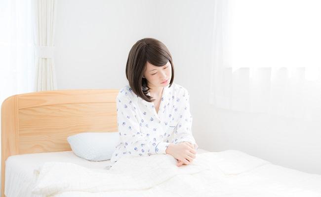 ベッドで落ち込んでいる女性