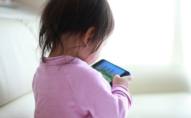 携帯電話を見る赤ちゃん