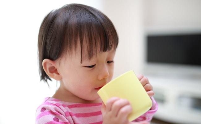 コップで水分をとる赤ちゃん