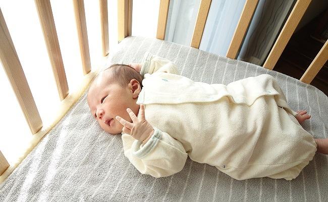 ベビーベッドにいる赤ちゃん