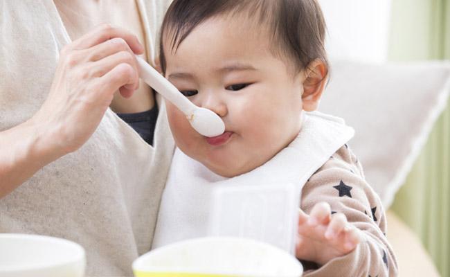 離乳食を食べる赤ちゃんのイメージ