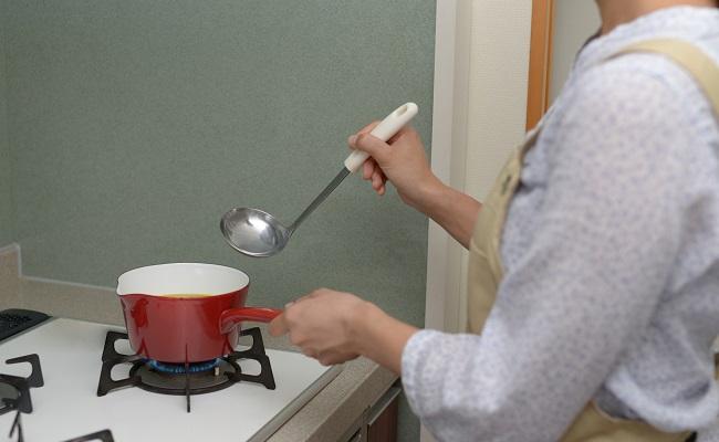 味噌汁を作る女性