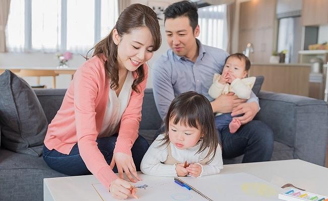 お絵描きをしている家族