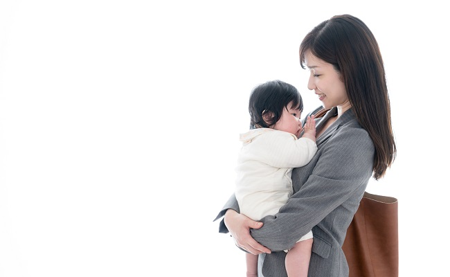 保育園へ向かう母子
