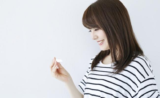 妊娠検査薬を見る女性