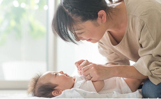赤ちゃんのクーイングにこたえるママのイメージ
