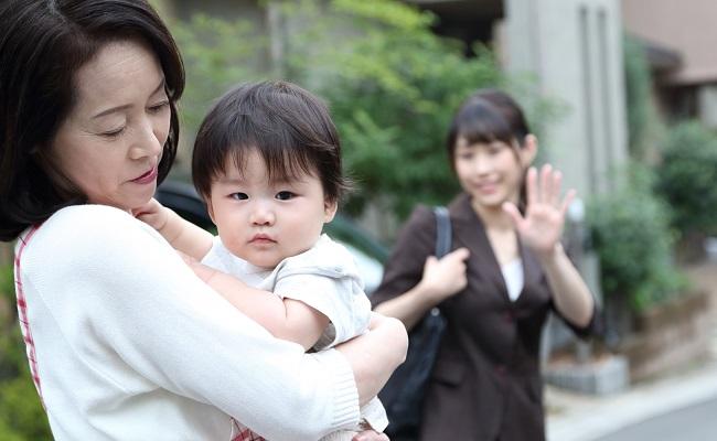 赤ちゃんを預ける女性
