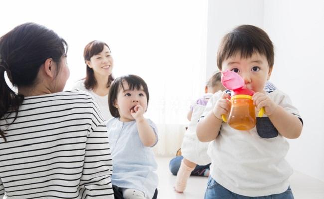 飲み物を飲んでいる赤ちゃん