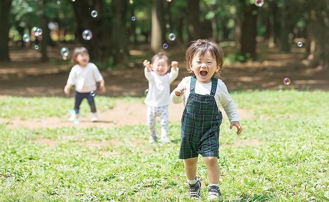 楽しく遊ぶ幼児達