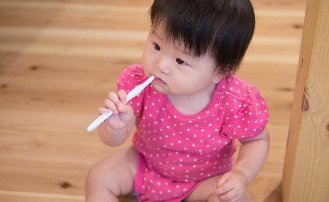 歯磨きをしている赤ちゃん