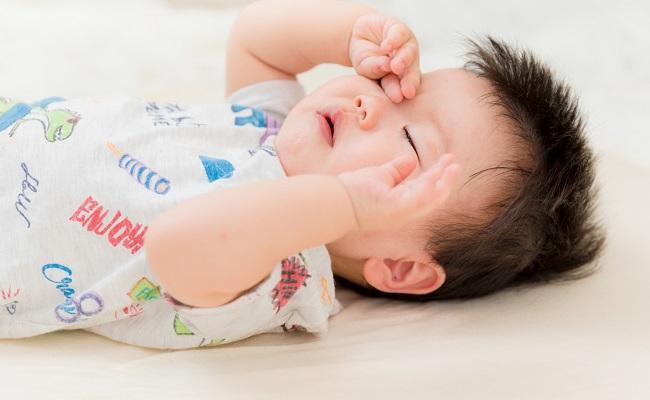 目をこする赤ちゃん