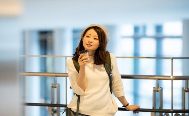 空港にいる妊婦さんのイメージ