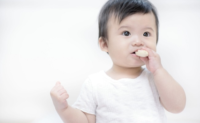 おやつを食べる赤ちゃん