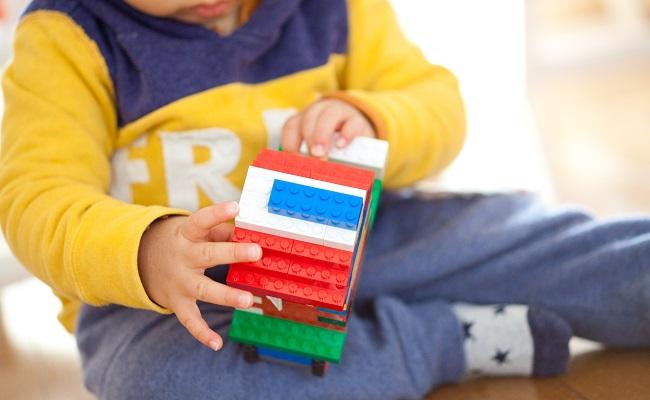 レゴブロックで遊ぶ赤ちゃん