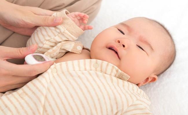 赤ちゃんの熱を測っているイメージ