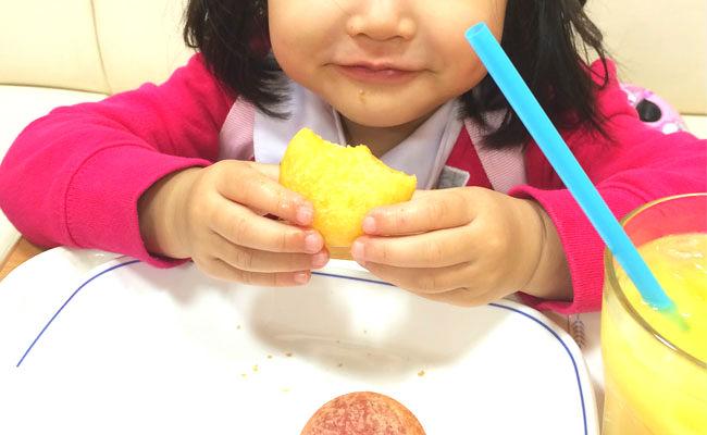 食事している幼児