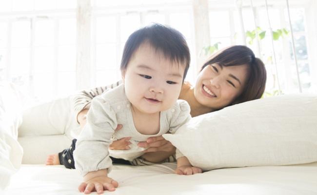朝の寝起きの赤ちゃんとママのイメージ