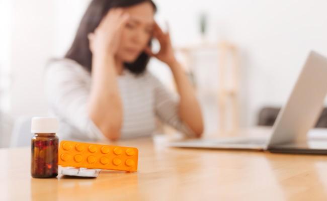 風邪を引いた妊婦さんと薬のイメージ