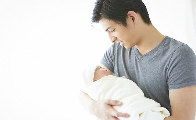 新生児を抱くパパ