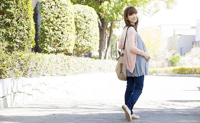散歩する妊婦さん
