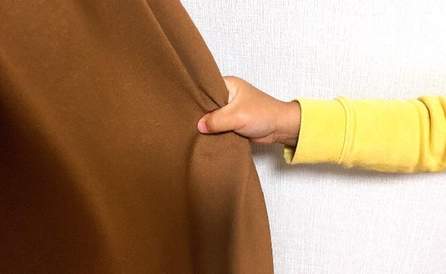 スカートをひっぱる