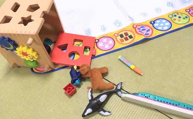おもちゃが散乱