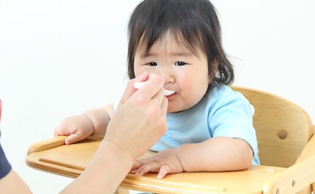 離乳食を食べている8カ月の赤ちゃんのイメージ