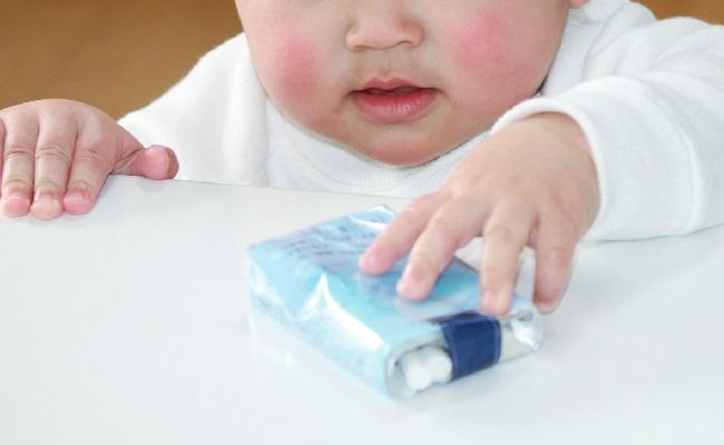 たばこをとろうとしている赤ちゃん