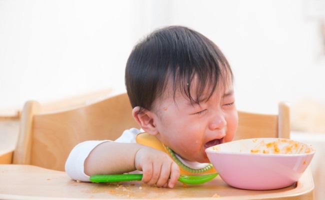 子どもが離乳食を食べないイメージ