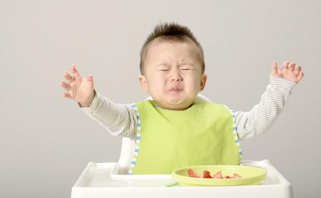 離乳食を食べる赤ちゃん まずいー。