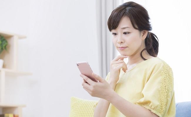 携帯電話を見る女性