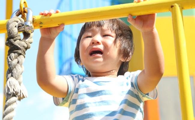 遊具で泣く子供