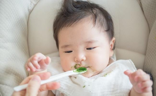 離乳食を食べている赤ちゃんのイメージ