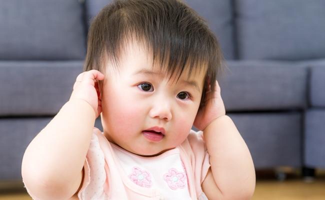 赤ちゃんが耳を気にするイメージ
