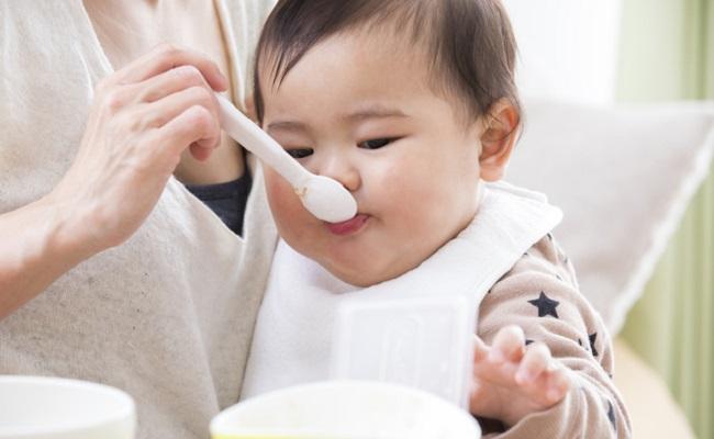 離乳食を頬張る赤ちゃんのイメージ