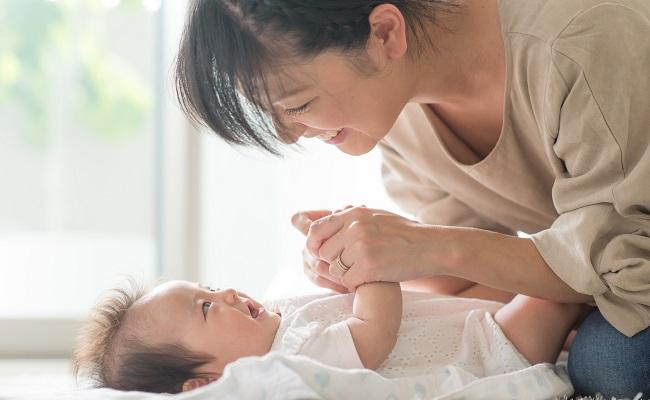愛情を注ぐママ