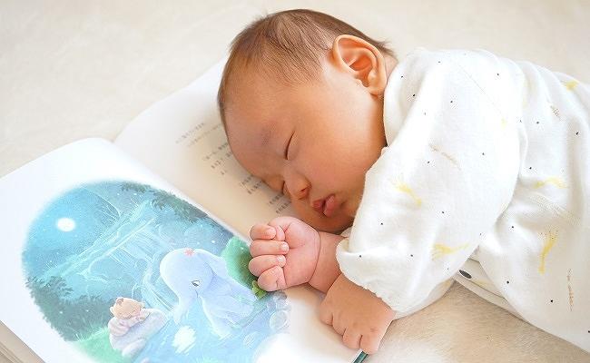 本を読む親子のイメージ