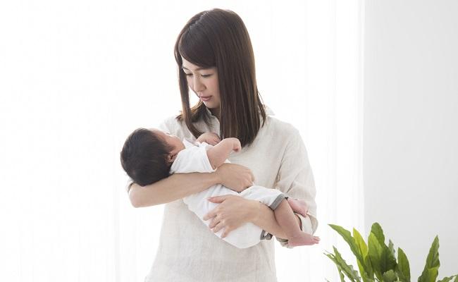 育児するママ