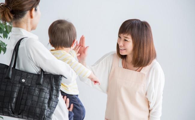 ママが保育園に子どもを預けるときのイメージ