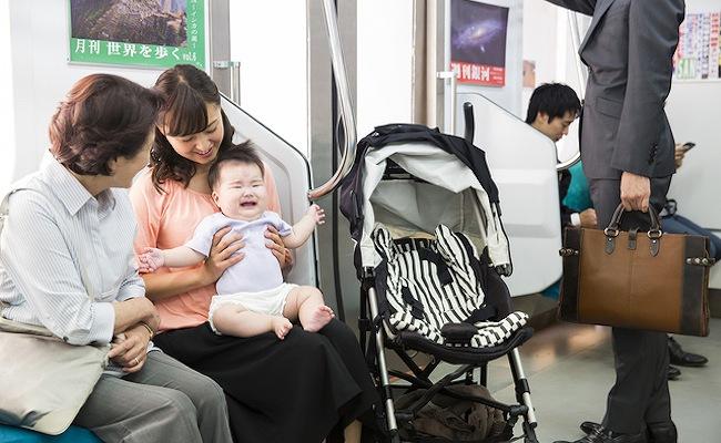 電車で泣いている赤ちゃん