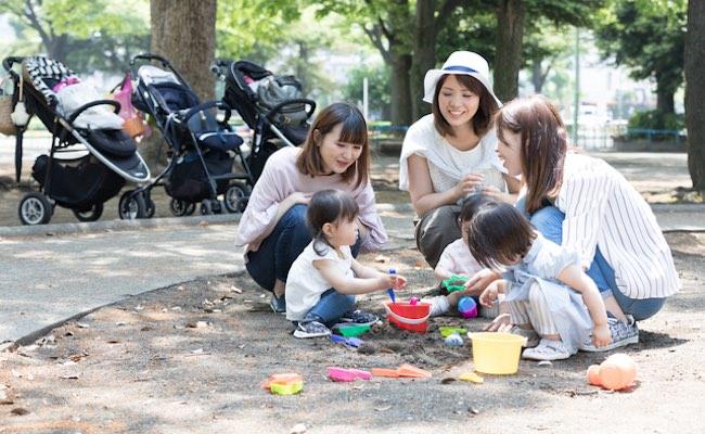 公園で遊ぶママ友達