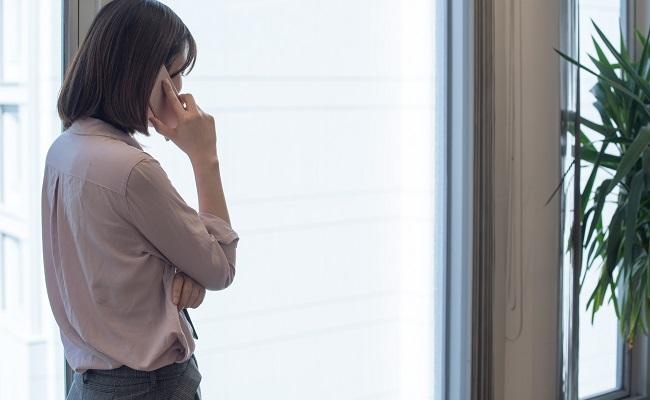 会社で電話する女性
