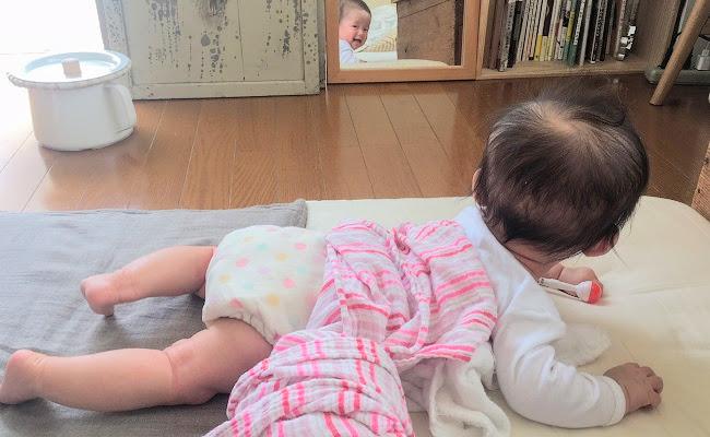 鏡を見ている赤ちゃん