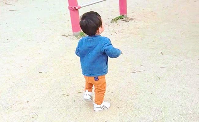 シューズで歩く子ども