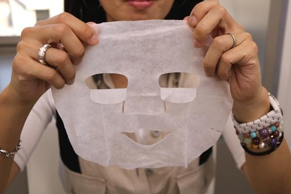 ボタニカルエステシートマスクを広げているところ
