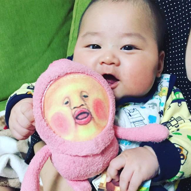 赤ちゃんのほっぺが「こびとづかん」のカクレモモジリにそっくり(写真)