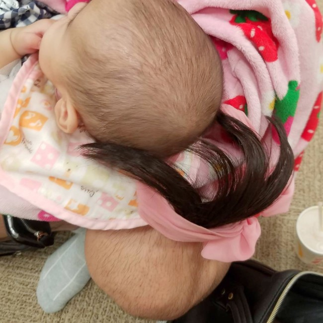 赤ちゃんの頭とパパのひざがそっくり(写真)